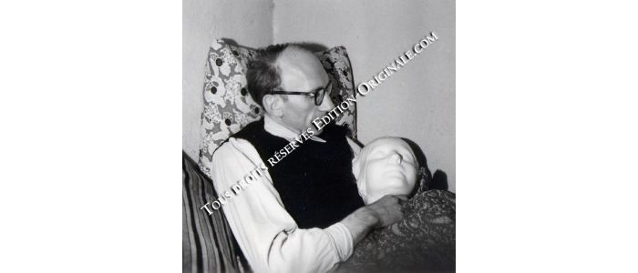 BLANCHOT : Photographie originale de Maurice Blanchot assis tenant dans ses bras le masque mortuaire de l'